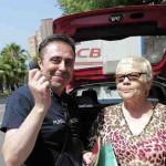 Una mujer regala su coche a un hombre que lo pidió por la radio