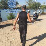 Dos agentes de la Policía Nacional salvan la vida a un hombre que flotaba inconsciente en el río Guadalquivir