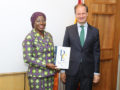 La embajada de España en Costa de Marfil entrega 2.300 diccionarios a profesores locales de castellano